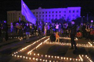 В Симферополе в память переселения народов зажигали свечи и выкладывали контур России и тамгу Гиреев
