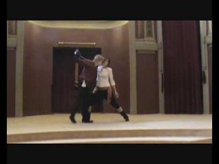 Landher Iturbe y Anna Hastings.Esgrima escénica en el Ateneo de Madrid