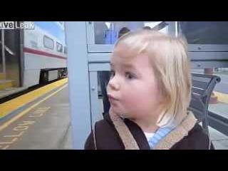 Девочка первый раз видит поезд.