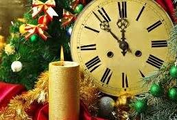 Жаңа жыл мерекесіне орай безендірілген залға музыка ырғағымен сәнді киінген балалар залға кіреді