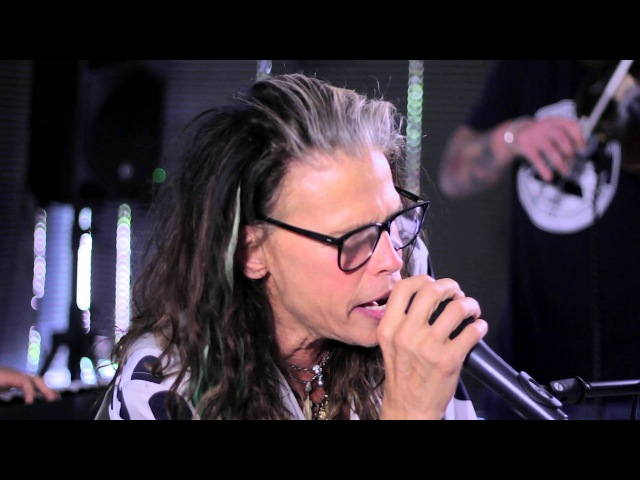 Steven Tyler performs Amazing at Recovery Unplugged drug rehab