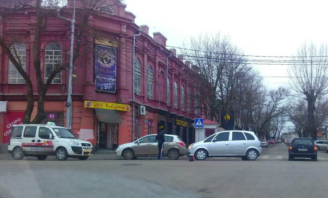 В самом центре Таганрога столкнулись четыре машины
