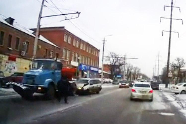 В Таганроге иномарка на полном ходу врезалась в снегоуборочную машину. Момент столкновения на ВИДЕО