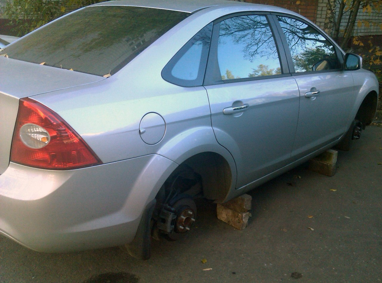 В Таганроге сотрудники угрозыска задержали 33-летнего мужчину, снимавшего колеса с дорогостоящих иномарок