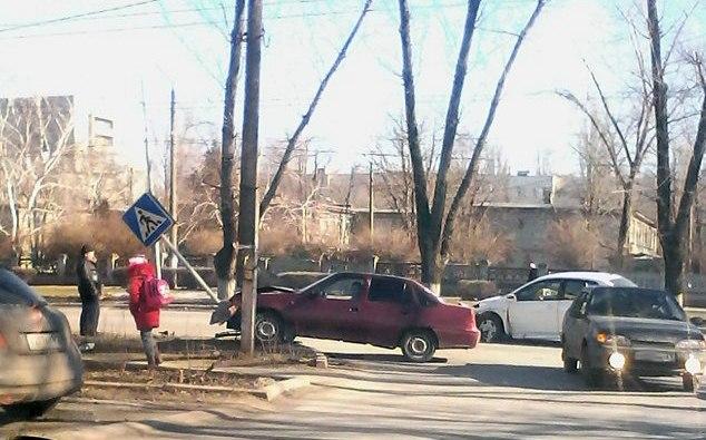 В Таганроге Daewoo Nexia после столкновения с Nissan Tiida снес знак пешеходного перехода
