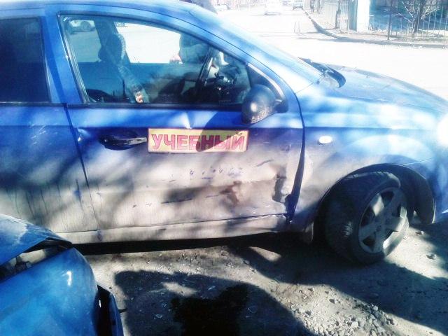 В Таганроге учебный автомобиль во время экзамена спровоцировал ДТП