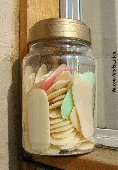 Из обмылков можно сделать жидкое мыло с вашим любимым ароматом. Соберите обмылки. Скорее всего потребуется некоторое время, чтобы накопить нужное количество. Натрите их на терке. Найдите подходящую бутылку с дозатором. Перед изготовлением мыла бутылку нужно хорошенько обмыть водой. Налейте немного лимонного сока. Налейте колпачок глицерина. Можно купить в аптеке. Засыпьте в бутылку кусочки мыла и залейте горячей воды. В принципе можно первоначально смешивать все в любой другой емкости, а потом…
