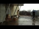 Пацанчик в Мукачеве в дождь ковырялся голым в мусорке=)