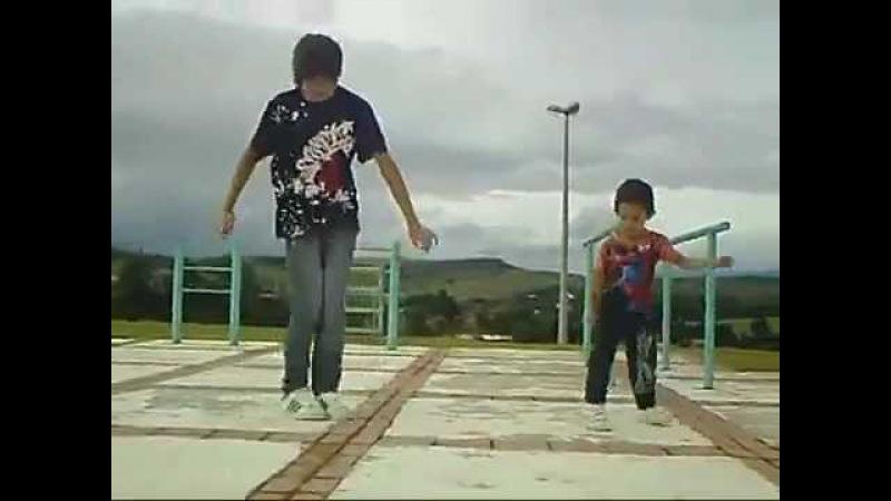 Классно эмо бой с малым танцует).