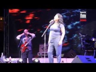 Лолита спела песню Океан Эльзи в Керчи и показала средний палец