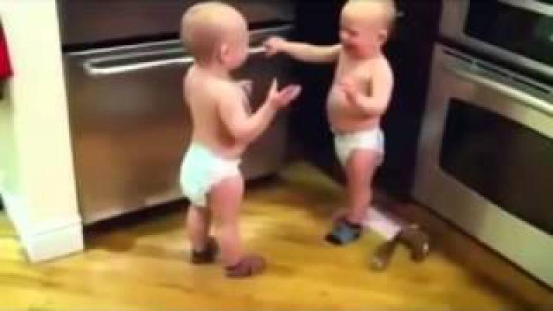 İkiz Bebeklerin Çorap Kavgası