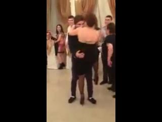Дагестанец танцует против русской на свадьбе.