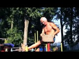 Дед атлет отжигает на площадке71 years Оld man ghetto workout training