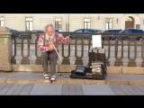 Дедушка здорово играет на пиле)))часть 2.