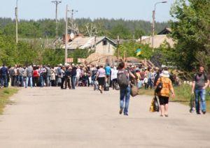 Солдаты киевской хунты прикладами разгоняют жителей, протестующих против перекрытия моста у Станицы Луганской