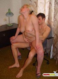 Отсоса обильно домашние порно жену трахают а муж смотрит проститутку