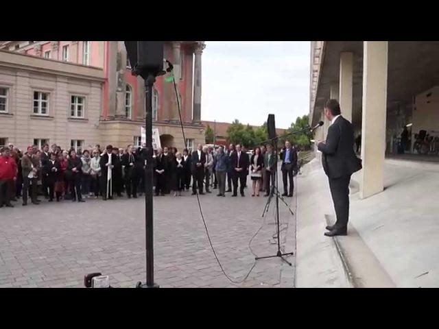 Richter und Staatsanwälte demonstrieren vor dem Landtag in Potsdam