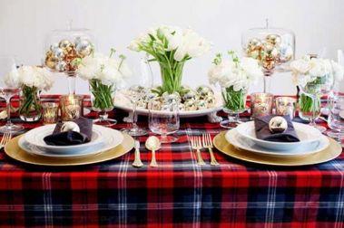 Как украсить блюда на новогодний стол Чтобы создать за новогодним столом по-настоящему праздничную атмосферу, мало просто уделить время приготовлению разнообразных блюд – нужно позаботиться еще и о том, чтобы приготовленные деликатесы выглядели по-настоящему красиво. Тут-то и возникает вопрос, как украсить блюда на новогодний стол. К счастью, чтобы обычные салаты, закуски или горячие блюда превратились в настоящие кулинарные шедевры, требуется совсем немного – просто чуть-чуть фантазии, а…