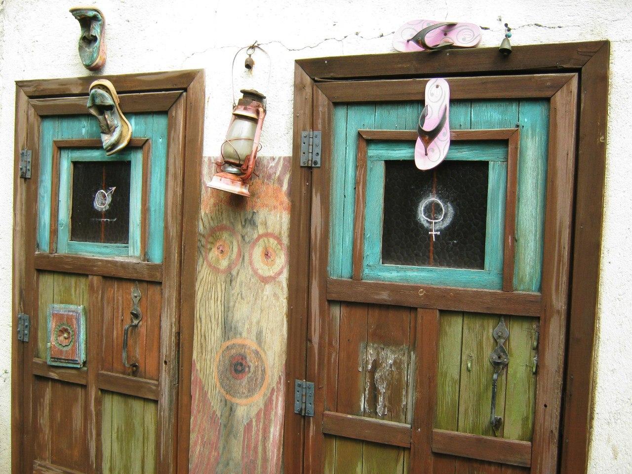 Туалет с опознавательными знаками