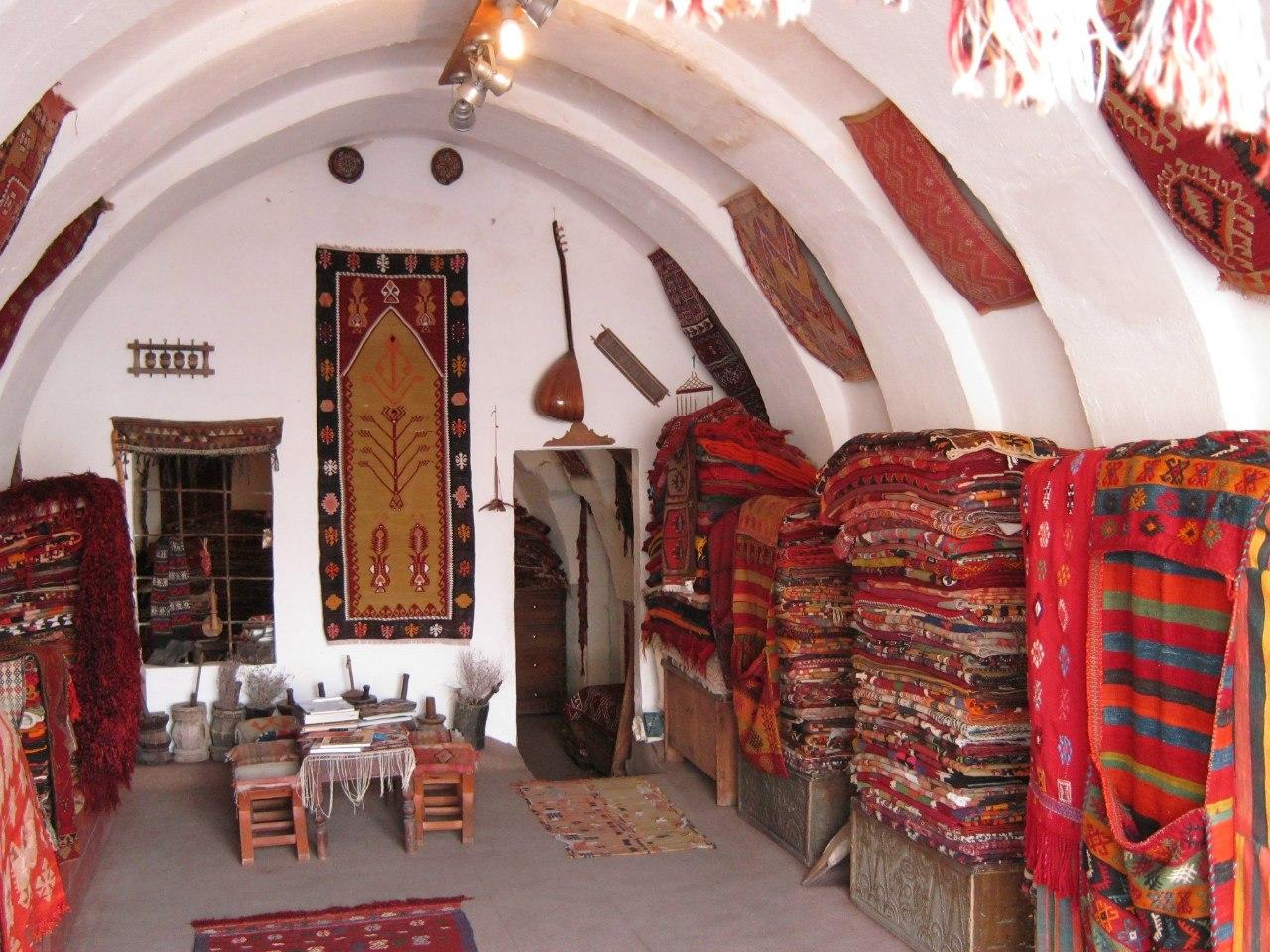 Магазины со старыми коврами в Каппадокии