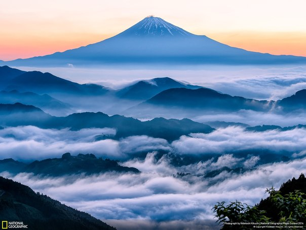 Hidetoshi Kikuchi, автор фото: «Я пробирался через густые облака в предвкушении, что же увижу, когда поднимусь над ними. И вот с рассветом вулкан Фудзияма предстал над морем облаков на фоне алого неба».
