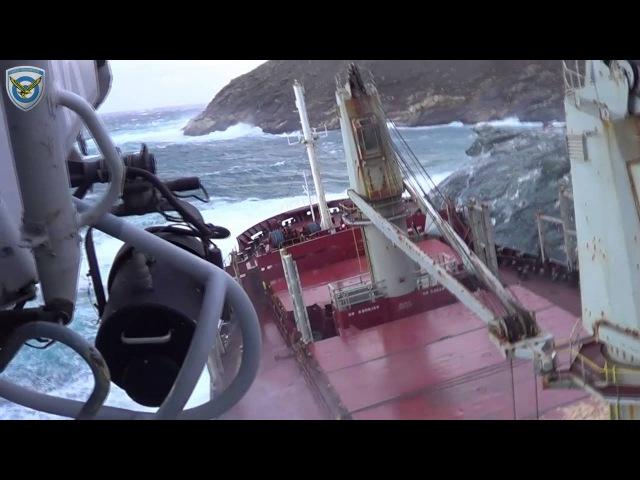 Греческий сухогруз Goodfaith остаётся прижатым к скалам у береговой линии греческого острова Андрос в Эгейском море. ВИДЕО