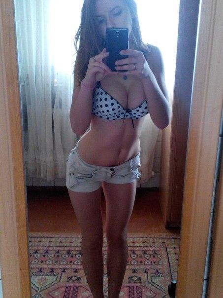 Девушка в коротких джинсовых шортах