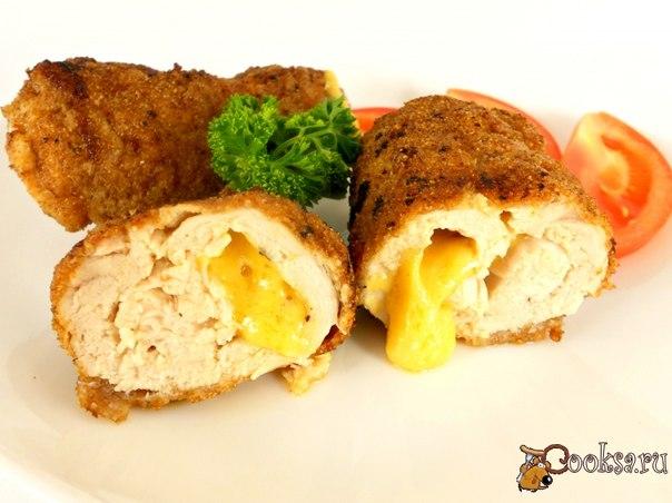 Куриные рулетики с сыром Простые в приготовлении и очень вкусные рулетики из куриного филе с сыром внутри.
