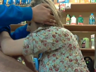 Зрелую продавщицу в магазине видео — pic 15
