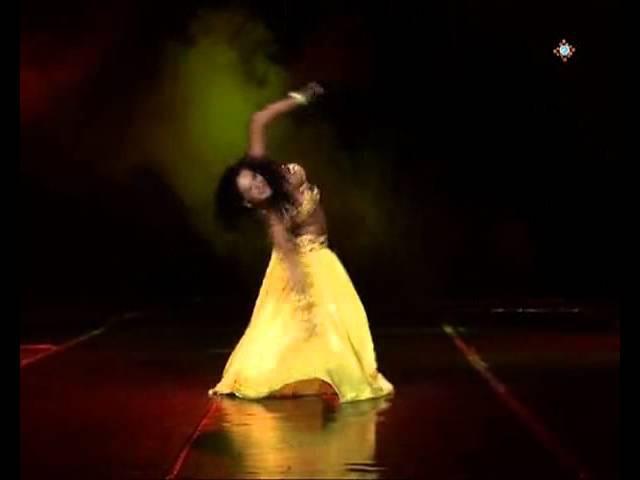 восточный танец очень красиво танцует