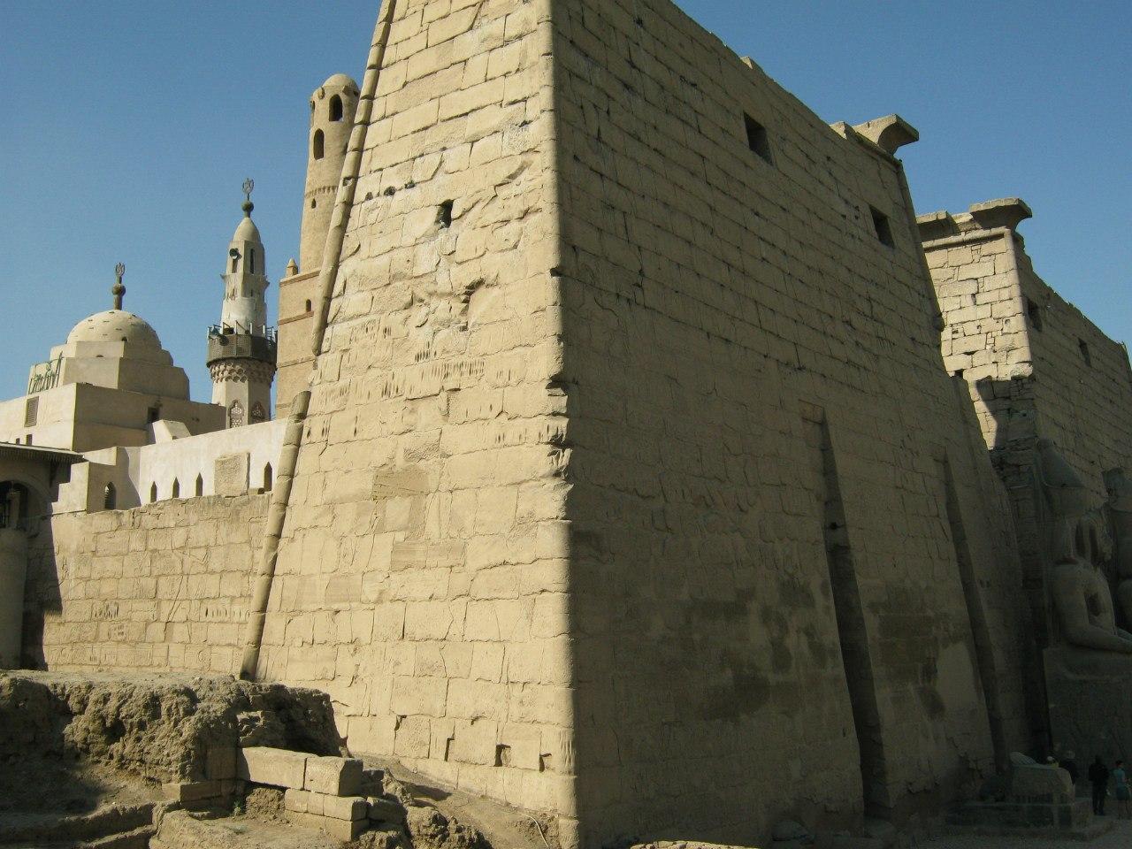 мечеть со святой гробницей в древнем храме Луксор