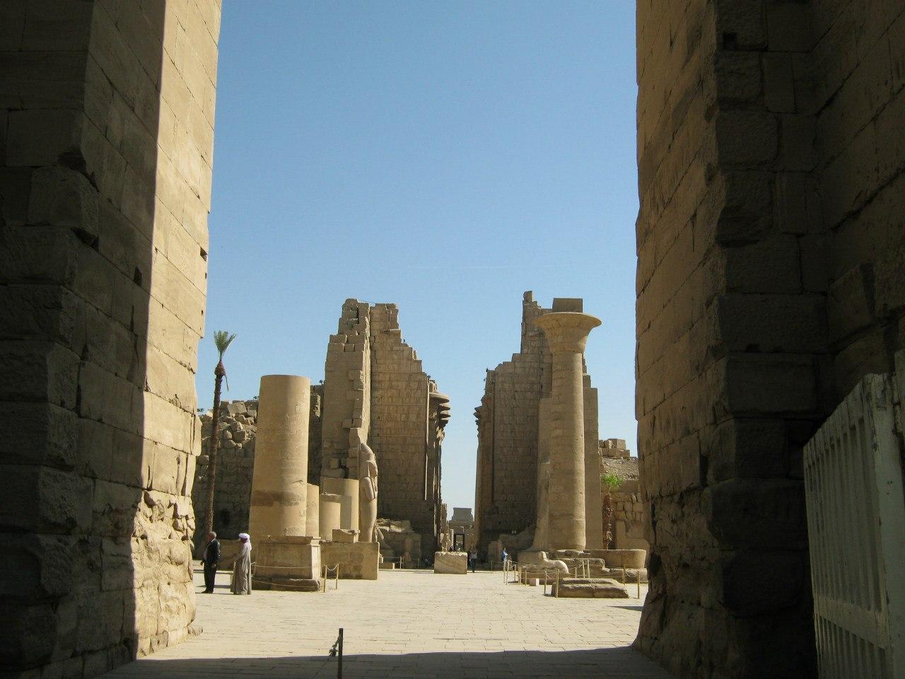 вход в древний храм Карнак