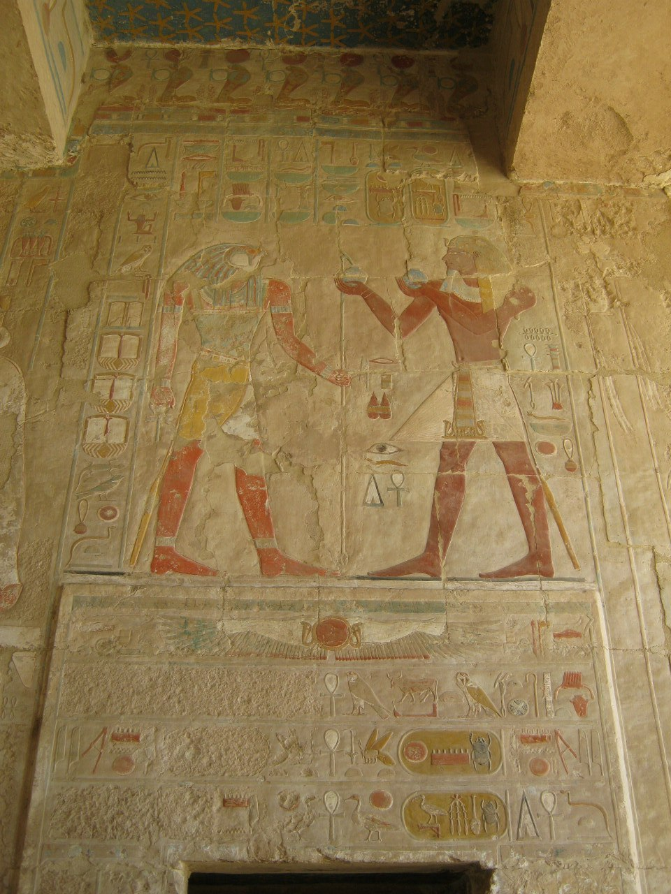 Древние рисунки внутри храма Хачепсут