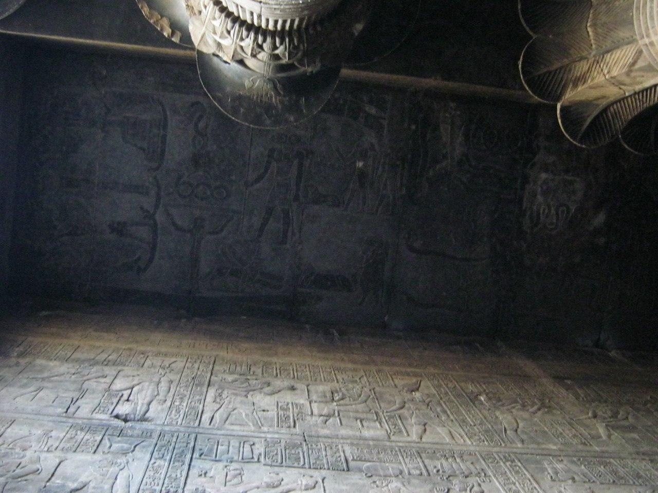 Потолок и стены с рисунками древнеегипетского храма в Эсна