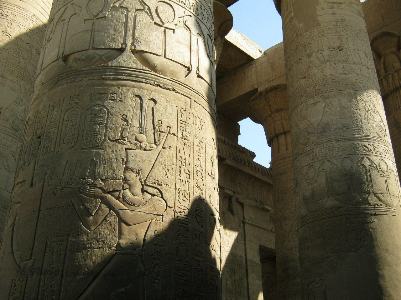 Древние рисунки в храме Ком Омбо