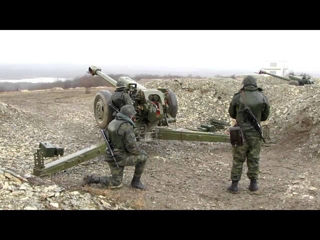 Расчет гаубицы Д-30 ведет огонь