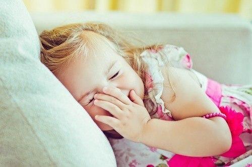 Интервью каждый год Каждый раз в день рождения вашего ребенка задавайте ему одни и те же вопросы. Записывайте их в специальный блокнот, а затем сравнивайте, как менялись ответы ребенка из года в год :). Это действительно хорошая идея сохранить на память мелочи детства вашего чудесного малыша! Вот список примерных вопросов, вы можете придумать или дополнить их сами: — Какой твой любимый цвет? — Какая твоя любимая игрушка? — Какой твой любимый фрукт? — Какой твой любимый мультфильм? — Что ты…