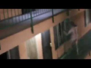 Голый мужик под ЛСД бьёт окна в мотеле и орёт / Crazy Naked Guy's Bad Acid Trip Breaking Windows