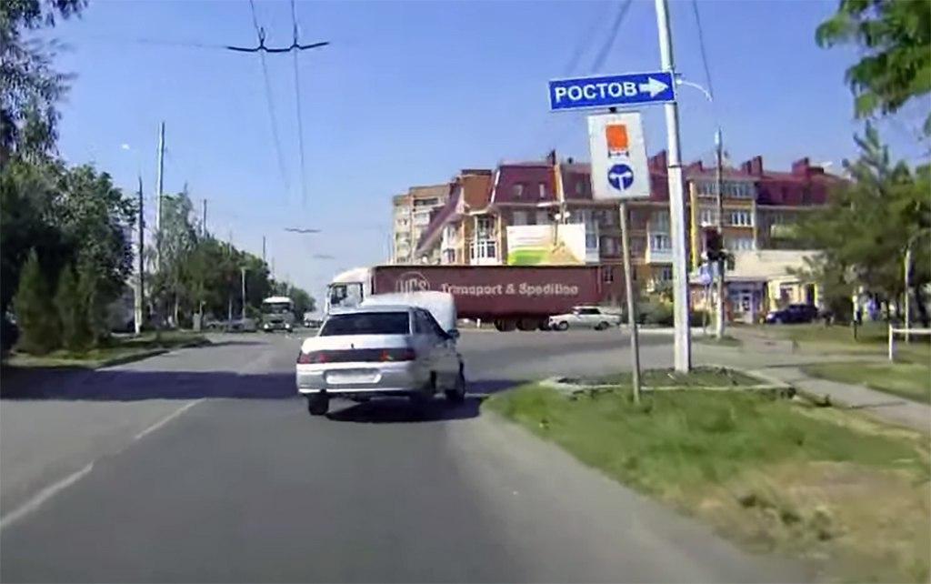 В Таганроге водитель «ВАЗ-2110» с открытым капотом показал мастерство вождения - уровень «бог»! ВИДЕО