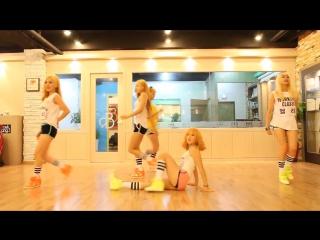 Кореянки прикольно танцуют.