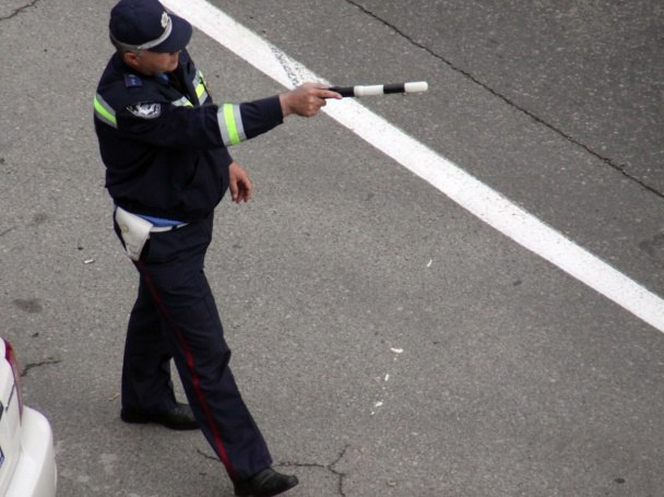 Под Таганрогом на Самбекском посту скутерист пытался дать взятку инспектору ДПС