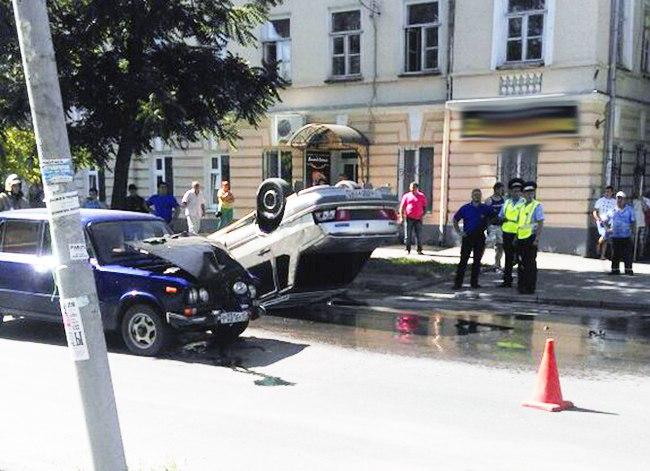 ДТП в Таганроге: в центре города столкнулись «ВАЗ-2106» и «ВАЗ-2115», последняя лежит на крыше. ВИДЕО
