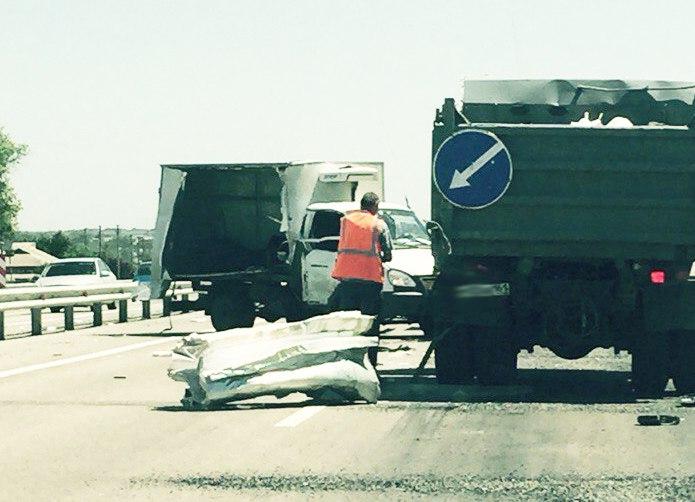Сегодня на трассе «Ростов-Таганрог» грузовая «ГАЗель» врезалась в «КамАЗ»