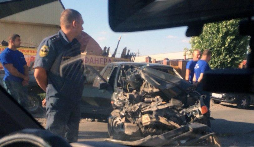 В Таганроге на Поляковском шоссе столкнулись «ВАЗ-2115» и «КамАЗ»