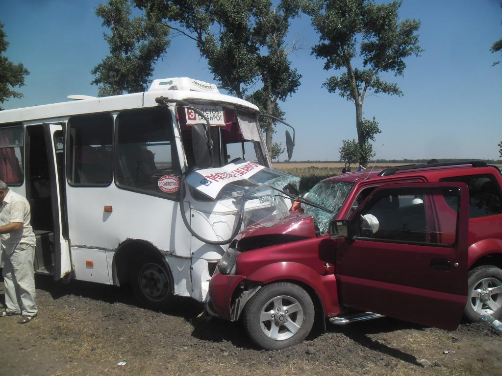 На ростовской трассе в лобовом столкновении маршрутки «Ростов-Таганрог» и легковушки пострадали 4 человека