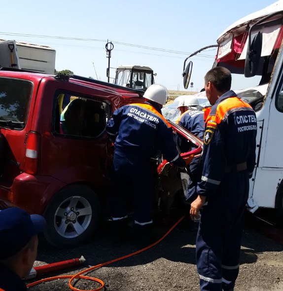 Очевидцы сняли на видео последствия аварии на трассе «Ростов-Таганрог» с участием маршрутки