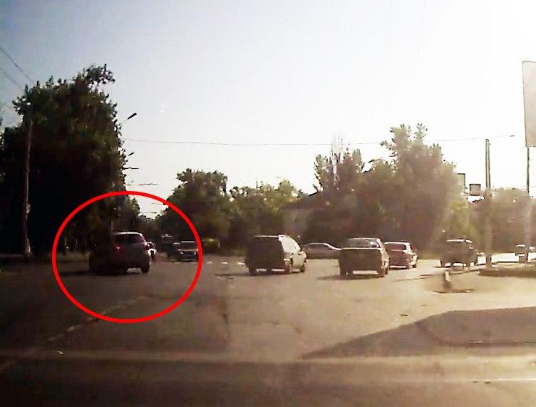 В Таганроге момент столкновения мотоциклиста с автомобилем Nissan попал в объектив видеорегистратора