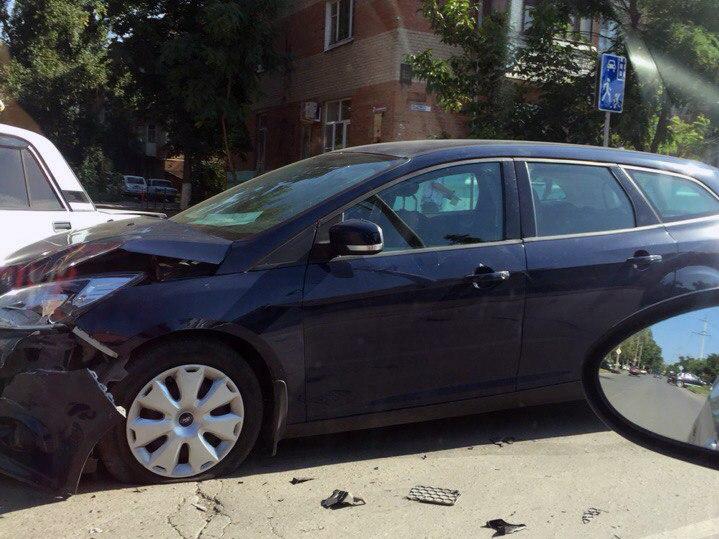 ДТП в Таганроге: на улице Пальмиро Тольятти столкнулись «ВАЗ-2107» и Ford Focus