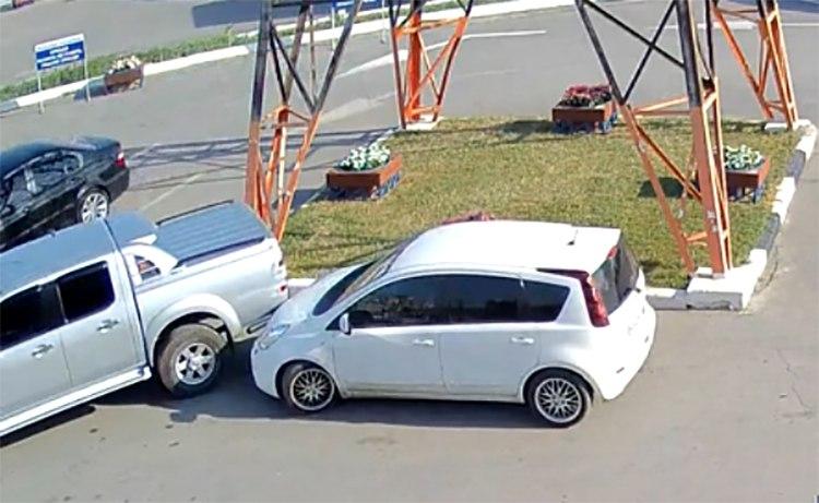 В Таганроге на стоянке Лемакса пикап без водителя врезался в припаркованный Nissan Note. ВИДЕО
