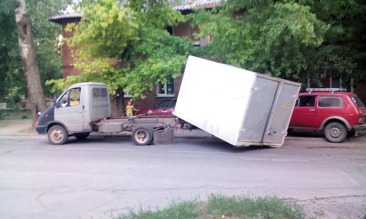 В Таганроге у грузовой «ГАЗели» от удара об дерево отлетела будка